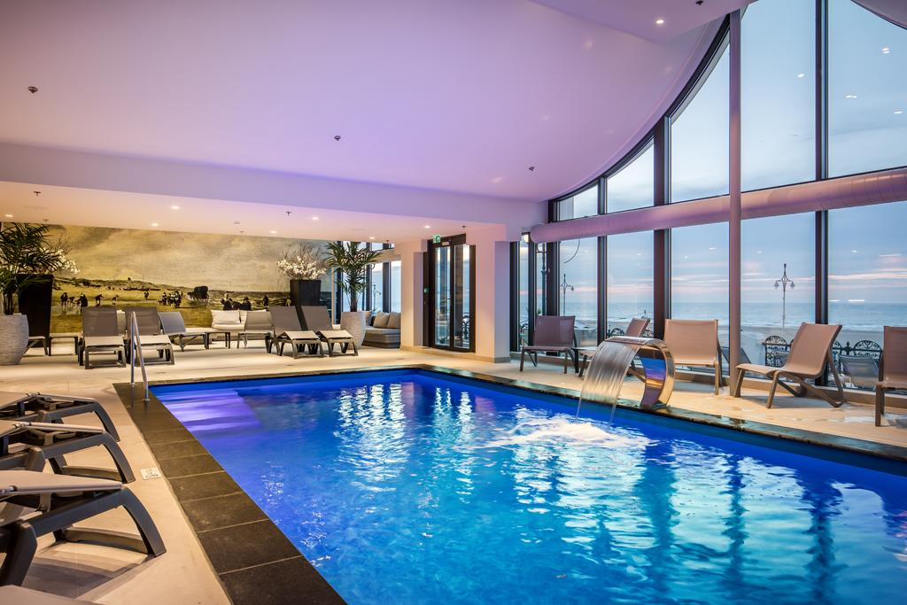 Kurhaus hotel wellness aan het strand - Zwembad met strand ...