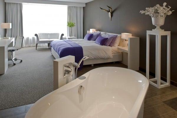 Van der valk cantharel geniet op de veluwe - Ligbad in het midden van de kamer ...