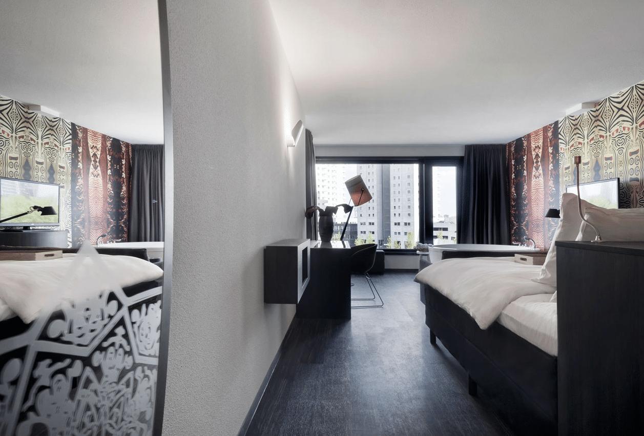 Mainport design hotel met grote jacuzzi voor het raam - Spa kamer ...