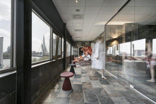 Mainport design hotel met grote jacuzzi voor het raam for Wellness designhotel