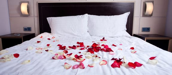 Toveren de slaapkamer om in een romantische hot spot