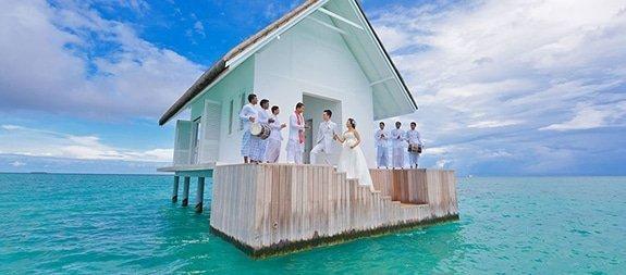 Trouwen boven de azuurblauwe zee van de Malediven